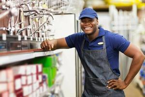 trabalhador africano alegre loja de ferragens