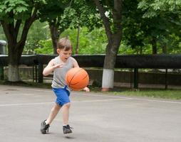 jongen speelt basketbal
