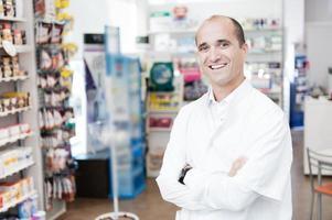 pharmacien souriant gai