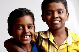 alegres muchachos adolescentes indios foto