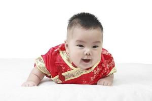 bebês alegres vestindo terno cheongsam