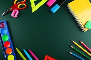 útiles escolares, fondo con espacio de copia