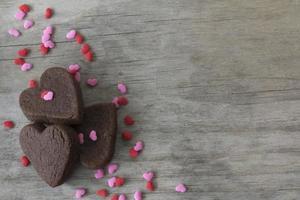 biscoitos de coração na mesa com granulado com espaço de cópia