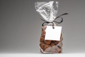regalo de lujo de trufas con etiqueta en blanco y espacio de copia foto