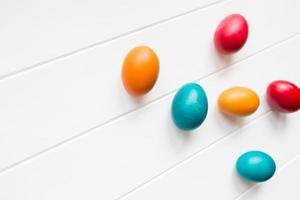 arranjo de ovos de Páscoa com espaço de cópia no fundo wodden