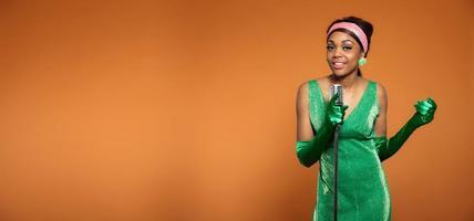 Vintage soul jazz mujer cantando. negro afroamericano copia espacio