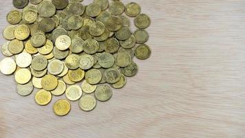 Vista superior de monedas en la superficie del escritorio de madera con espacio de copia foto