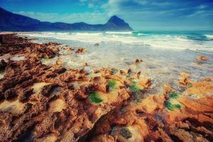 Pintoresco litoral rocoso cabo milazzo. Sicilia, Italia. foto