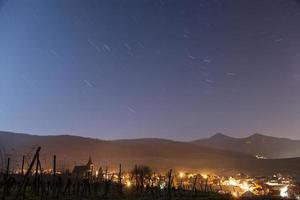 senderos de estrellas sobre el pueblo y las montañas de Alsacia