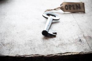 llave vieja y etiqueta abierta foto