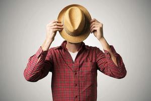 hombre con cara cubierta foto