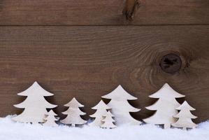 árvores de Natal de madeira na neve, copie o espaço