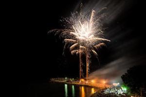 fuegos artificiales en la playa - copia espacio