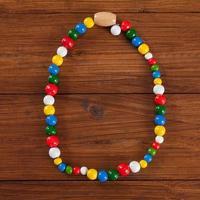 cadena colorida en madera, espacio de copia
