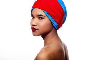 vrouw met rode lippen en materiaal op het hoofd