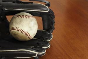 pelota de béisbol y guante foto