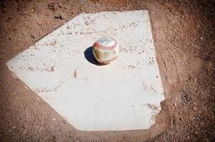 Béisbol de cerca en el plato foto