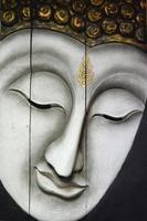 rosto de Buda, escultura em madeira de estilo tailandês.
