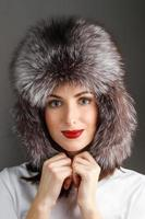 mujer con sombrero de piel foto