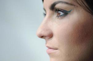 Perfil de la cara izquierda de una mujer joven foto