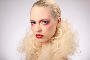 bella mujer con peinado de moda y maquillaje glamour, studio