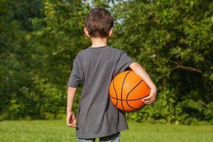 menino em pé com bola