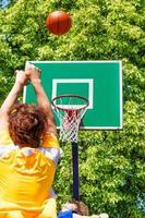 jongen de bal overgeven tijdens basketbalspel