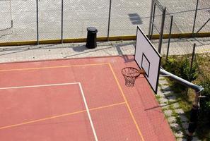 cancha de tenis y canasta