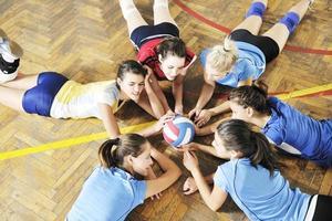 niñas jugando voleibol juego de interior foto