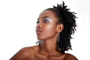 mujer negra posando foto