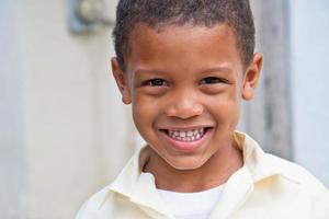 lachende jongen thuis van school