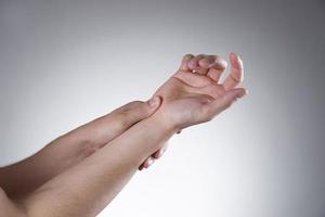 dolor en las articulaciones de las manos foto