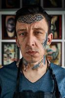 Closeup retrato de artista del tatuaje en estudio