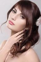 hermosa chica rubia en la imagen de una novia con foto