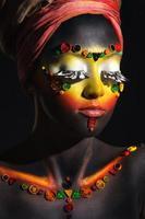 mujer africana con maquillaje étnico artístico