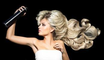 mujer rubia con una laca para el cabello