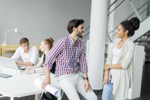 jóvenes en la oficina foto