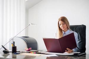 chica de negocios leyendo un contrato