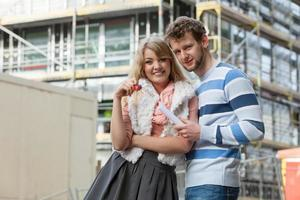 pareja con llaves en frente de la nueva casa moderna foto