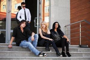 jóvenes sentados en los escalones foto
