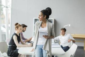 junge modische Leute, die in einem ruhigen Büro arbeiten