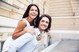 pareja riendo divirtiéndose