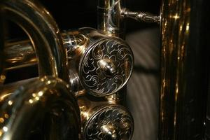 primer plano de las válvulas de tuba