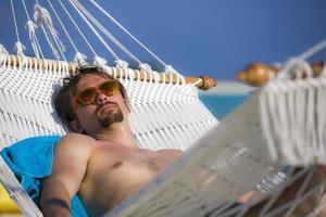 relaxando em uma rede nas Maldivas