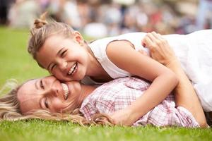 madre e hija se relajan en el evento de verano al aire libre