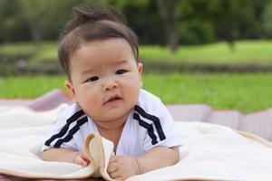 enfant relaxant dans le parc.