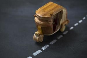 Tuk-tuk de madera en pizarra como carretera
