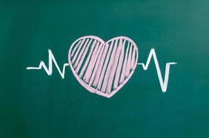 Diseño y carácter de los latidos del corazón, corazón del amor en una pizarra foto