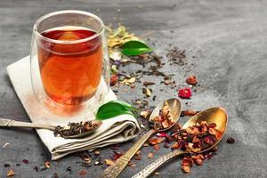 chá de ervas e masala num quadro negro