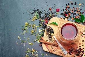 té de hierbas y masala en una pizarra negra foto